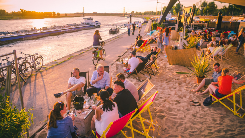Strand-Feeling am Rhein: Beachclub am Open-Air-Kino hat geöffnet