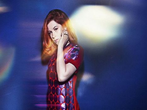 """Crying for no reason"": Katy B stürmt UK-Chartspitze mit ""Little Red"""