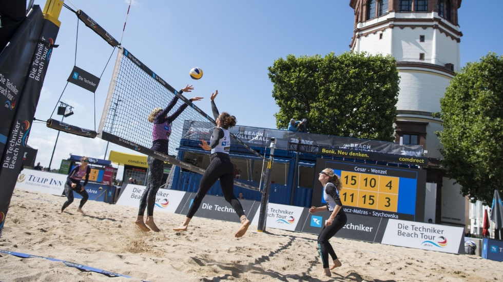 Cooles Event auf dem Burgplatz: Rappelvolle Tribünen beim Beach-Volleyball-Turnier