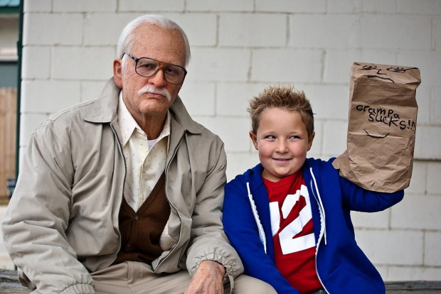 "Neu im Kino: Johnny Knoxville als Opa in ""Jackass: Bad Grandpa"""
