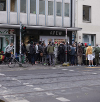 "Sneaker-Fans campen vor Afew-Store: ""Afew x Asics Gel-Lyte III Koi"" Release-Party am Japan-Tag"
