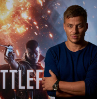 "Tom Wlaschiha (Game of Thrones) im Interview: Battlefield 1: Der ""Faceless Man"" spricht Lawrence von Arabien"